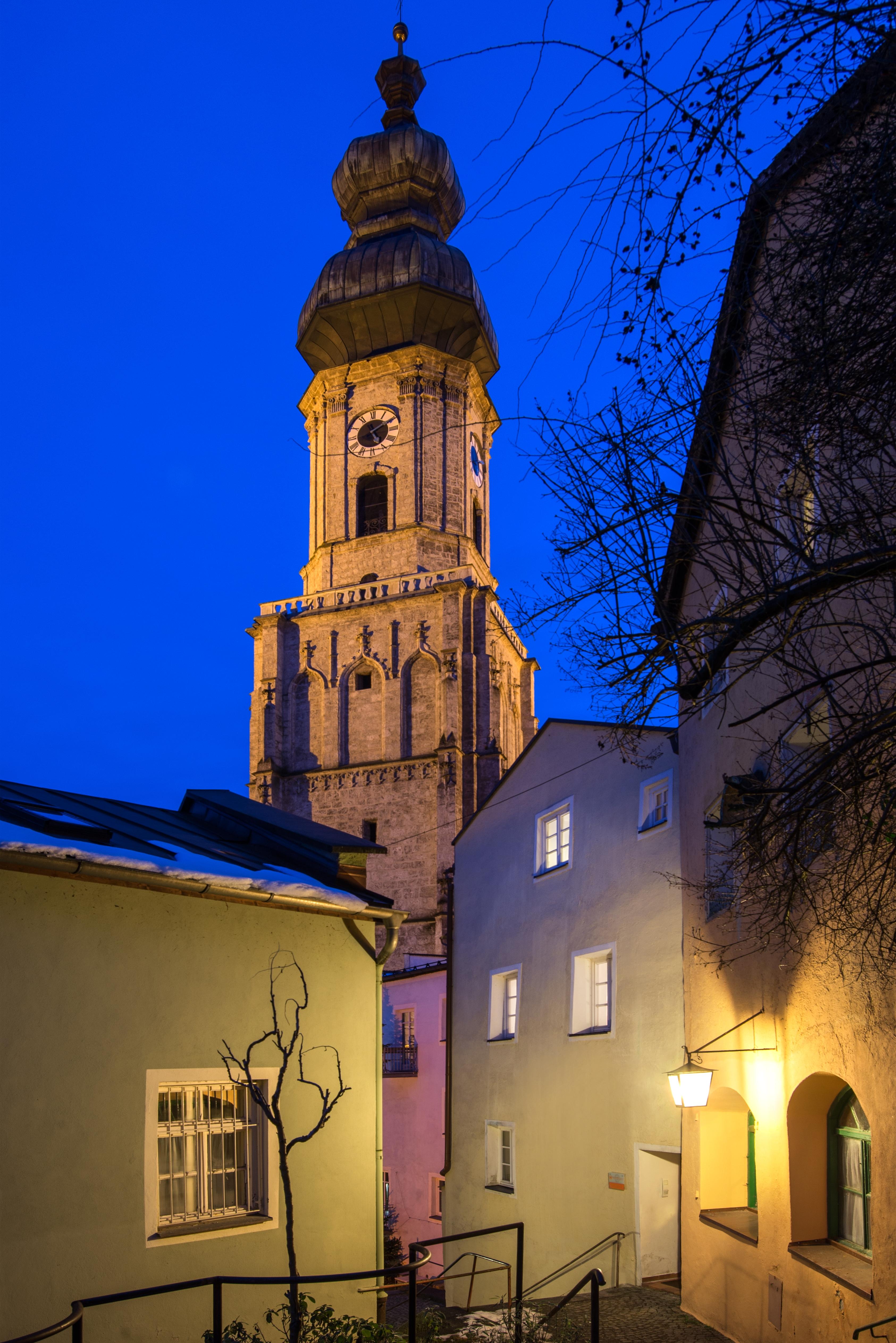 Hartdoblers Wohnhaus und Stadtpfarrkirche Burghausenc Stadt Burghausen Fotografin Kathrin Gollackner 2